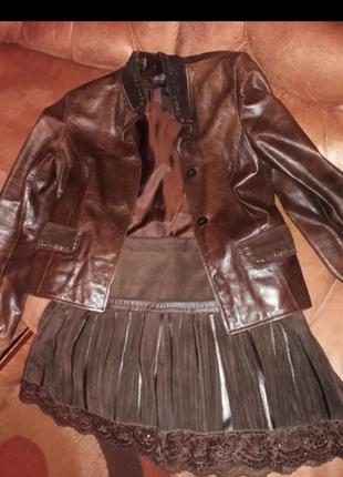 Пиджак кожаный с баской из замша сзади