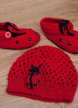 Набор шапка и домашние тапочки божья коровка