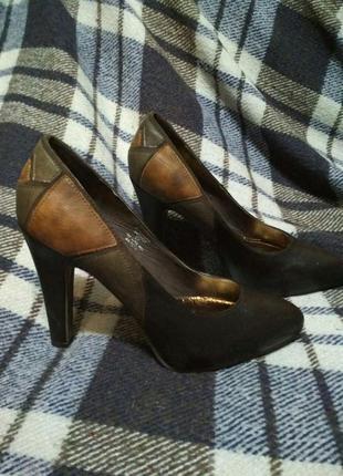 Туфли на высоком устойчивом каблуке