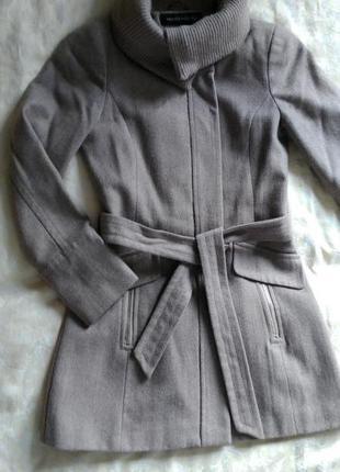 Стильное пальто бежевого цвета