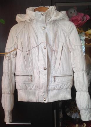 Белая весенняя куртка с капюшоном peercat