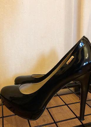 Чёрные лаковые туфли на высоком каблуке