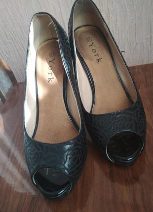 Туфлі з відкритим носиком