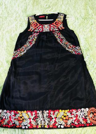 Чорне плаття з вишивкою