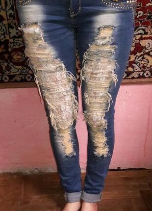 Модные рваные джинсы с кружевом