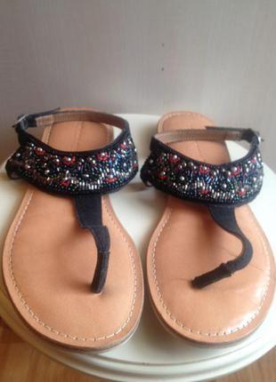 Замшевые сандали с бисером