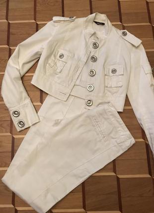 Красивый белый костюм tago
