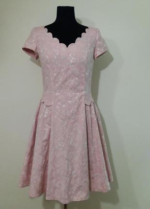 Нежное жемчужно-пудровое платье из жаккарда