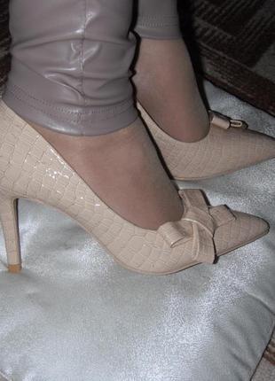 Роскошные туфли-лодочки под крокодиловую кожу беж