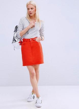Классическая красная джинсовая юбка