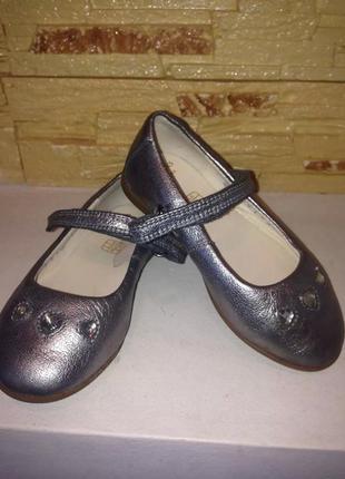 Шикарные фирменные серебристые  туфли на девочку