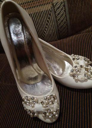 Туфли белые ( свадебные ), р. 37-38