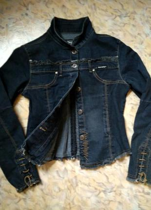 Оригинальная добротная джинсовка с прострочкой, бахромой и кожаным шнурком