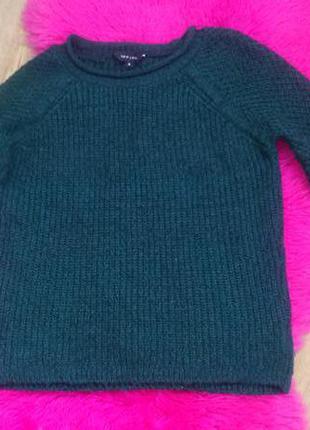Красивый свитер изумрудного цвета