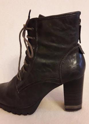 В наличии стильные ботинки на широком каблуке фирмы mustang p. 40 стелька 26 см