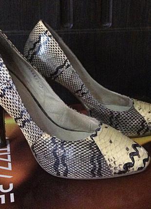 Кожанные туфли attizare на каблуке !