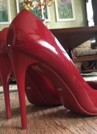Красные классические лаковые туфли с острым носиком,
