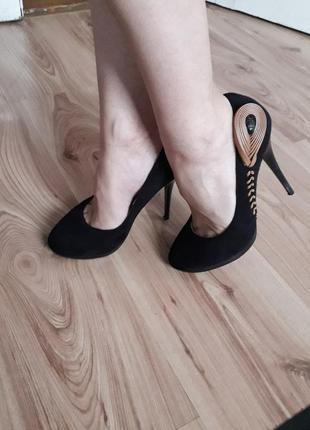 Замшеві туфли.туфельки на каблуку