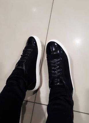 Черные замшевые мокасины с лаковым носком и пяткой.