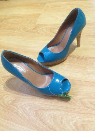 Стильні нові туфлі з відкритим передком босоножки фірми cube, 37 розмір