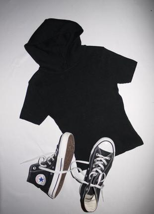 Футболка - свитер с капюшоном . кроп топ , укороченная в обтяжку . натуральная черная