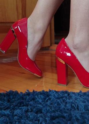 Красные кожаные туфли на каблуках