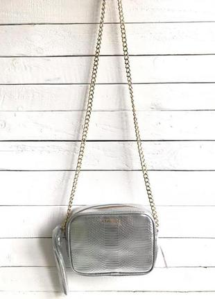 Сумка кроссбоди victoria's secret silver synthetic cross body bag