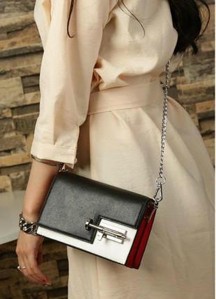 Необычная черно-белая сумка клатч на цепочке с красными вставками