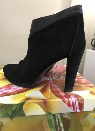 Замшевые ботинки на очень высоком каблуке