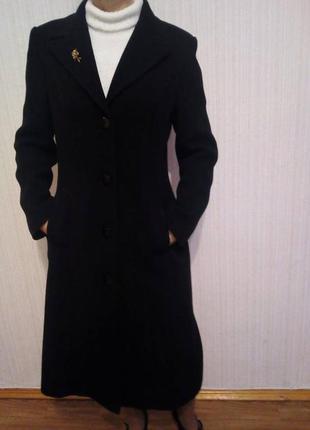 Классическое черное пальто деми