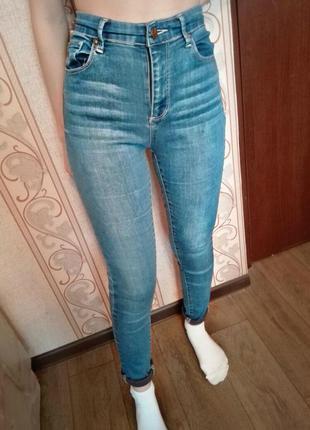 *голубые джинсы высокая посадка*