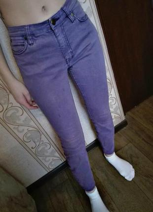 Стильные фиолетовые джинсы