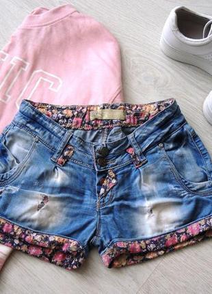 Модные шортики с цветочным принтом