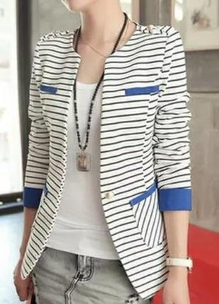 Пиджак в полоску с синими манжетами