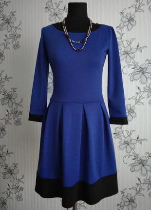 Новое трикотажное платье цвета синий электрик с черной отделкой, размер м