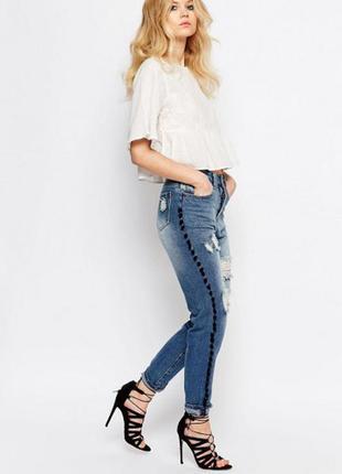 Рваные джинсы в винтажном стиле с помпонами liquor & poker petite lax
