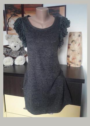 Стильное платье с бахромой на рукавах м-l