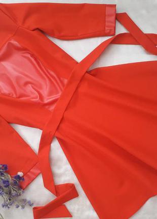 Женственное платье с кожаной вставкой на груди и пышной юбкой под поясок