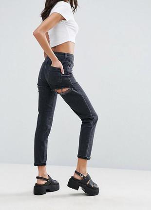 Рваные джинсы бойфренды на высокой посадке