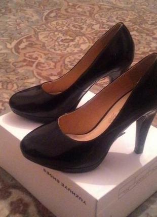 Классические черные лаковые туфли