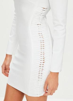 Короткое платье с вырезами по боках