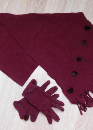 Комплект из шарфа палантина и перчаток с украшениями из натурального меха