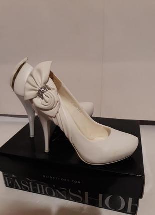 Белые свадебные туфли santardse