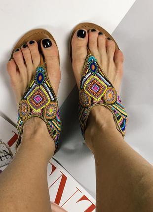 Кожаные сандали с бисером
