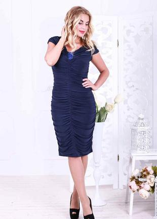Платье темно синего цвета с драпировкой и украшением