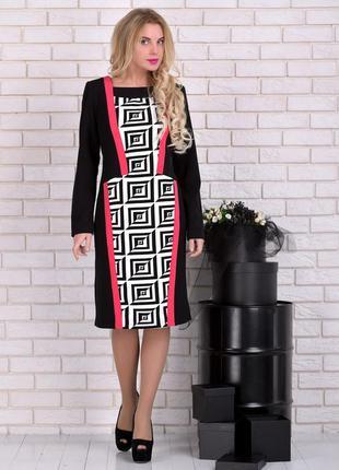 Платье черно-белого цвета с ярким графическим принтом