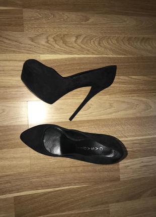 Замшевые чёрные туфли casadei на высоком каблуке