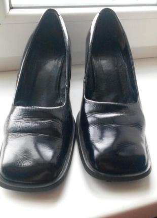 Кожаные лаковые женские туфли brado