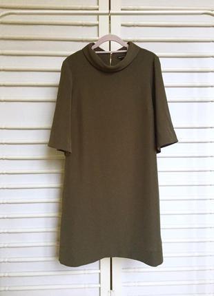 Очень стильное платье свободного кроя с воротником и расклешенным коротким рукавом