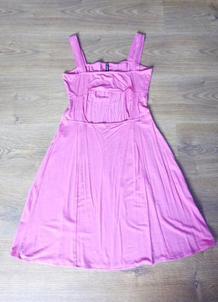 Плаття з вирізом на спині.